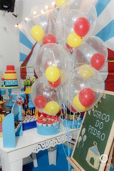 Um bouquet de balões com balozinhos dentro. Créditos: Balão Cultura  www.boxbalao.com Circus Vintage, Mini, Retro, Cake, Party, Desserts, Transparent Balloons, Index Cards, Culture