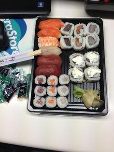 I nostri amici dell'Aeroporto si sbaffano cena a base di sushi preparato da YU !