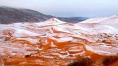 Le sable a été recouvert de blanc dans le nord-ouest du Sahara algérien.