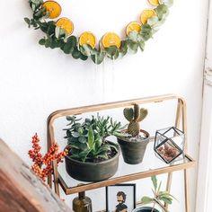 Dieses Wochenende ist bei uns in Tübingen Weihnachtsmarkt. 🎄 Ich freue mich schon riesig auf die ganzen tollen Stände, leckere Waffeln und den ersten Glühwein des Jahres. 😋 --------------------- #eukalyptus #türkranz #instaplants Annie Sloan Farbe, Diy Blog, Kindergarten, Wreaths, Home Decor, Homemade Candles, Homemade, Pictures, Crafting