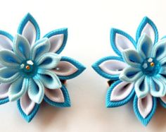 Una flor se realiza en la técnica del tsumami kanzashi. Pinza de pelo tipo cocodrilo con empuñaduras antideslizantes. La flor se hace de grosgrain ribons. Cristal de Swarovski.  Diametro de las flores es ~ 1 3/4 pulgadas (4,5 cm), longitud del pelo clip 3 pulgadas (7-8 cm)    A petición del cliente se pueden hacer flores a una de las combinaciones de un color diferente.    Mis trabajos hechos a mano puede ser un regalo único para usted, su familia y amigos