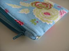 Flossie Teacakes: Lined, zippered pouch / make up bag tutorial. How to cover zip ends in a pouch. So much neater! Diy Makeup Bag No Zipper, Diy Makeup Bag Tutorial, Makeup Bag Tutorials, Tutorial Sewing, Sewing Tutorials, Beginners Sewing, Makeup Pouch, Makeup Bags, Cheap Makeup