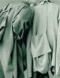 ejakulation: Yohji Yamamoto, blended wool coats and integrated bags, F/W 1983 Yohji Yamamoto, Victoria And Albert Museum, Fashion Mode, High Fashion, Men Fashion, Disco Fashion, Fashion Belts, Dark Fashion, Fashion Trends