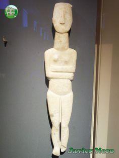"""Variedad Spedos. Una de las figurillas cicládicas más grandes conocidas, 89 cm de altura. Rastros de color en el cabello y los ojos. Se trata de una """"víctima"""" del comercio ilícito de antigüedades.  Procedencia desconocida, probablemente de Naxos. Principios del período de las Cícladas II (2800-2300 a. C.) M.A.N. Atenas"""