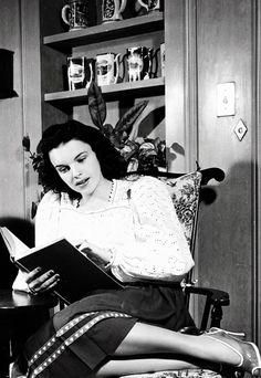Judy Garland reading at home (1941).