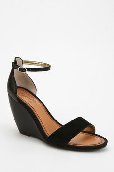 also comes in nude with a gold toe strap