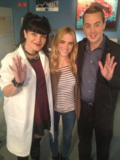 These 2 gorgeous women with the incredible Sean Murray. Ncis Series, Serie Ncis, Tv Series, Ncis Abby, Ncis New, Detective, Ncis Characters, Abby Sciuto, Ncis Cast