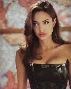 Angelina Jolie is giving us major eyebrow inspiration! Angelina Jolie 90s, Angelina Jolie Hairstyles, Pretty People, Beautiful People, Beautiful Pictures, Fotografie Portraits, 90s Hairstyles, Jolie Photo, Beautiful Celebrities