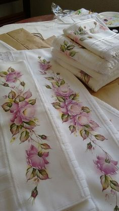 Pintura Mai s Saree Painting Designs, Fabric Paint Designs, Tole Painting, Fabric Painting, Designer Bed Sheets, Painted Clothes, Hand Embroidery Designs, Diy And Crafts, Hand Painted