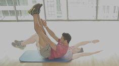 Vídeo | El reto de los 4 minutos: 10 ejercicios para quitarte la camiseta sin complejos | ICON | EL PAÍS