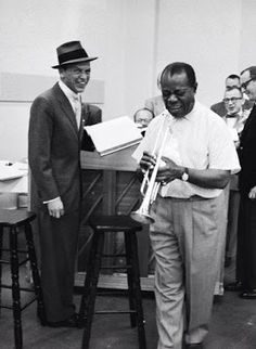 Frank Sinatra and Louis Armstrong laugh it up during rehearsal for The Edsel Show, 1957 I love them! I want one of my wedding songs to be by frank Sinatra and Louis Armstrong! Joey Bishop, Louis Armstrong, Dean Martin, Franck Sinatra, Nova Orleans, Pop Rock, Jazz Musicians, Jazz Artists, Entertainment