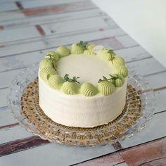 Birthday Cake Decorating, Cake Decorating Tips, Bakery Recipes, Dessert Recipes, Desserts, Dessert Decoration, Just Cakes, Strawberry Cakes, Small Cake