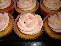 Citron-vanille cupcakes m. jordbær frosting..