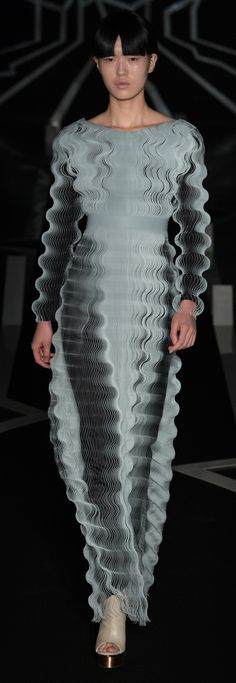 See all the Iris Van Herpen Haute Couture Spring/Summer 2017 photos on Vogue. 3d Fashion, Fashion Details, Look Fashion, High Fashion, Fashion Show, Fashion Design, Fashion Trends, Fashion Check, Fashion Outfits