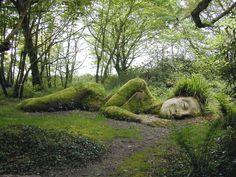 Schlafende Riesin Lost Gardens of Heligan, Cornwall Die Lost Gardens of Heligan erkunden und möglicherweise die Mud Maid entdecken, eine wunderschöne schlafende Riesin, die mit Moos und Gras bewachsen ist. Mehr Informationen