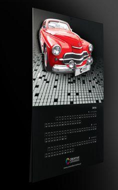 Przepiękny kalendarz wykonany przez PASJA Print & Media. Tworzywo, farba lustrzana, lakier 3D wielowarstwowo, kalendarium z folią soft-touch. Laserowo wycinana sylwetka auta osadzona na dystansie. A to jeszcze nie wszystko...