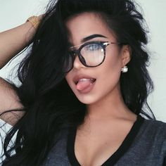 Poses para sacar la lengua en tus selfies sin lucir muy boba What don't they tell you about dating an attractive woman? Secrets of Dating Beautiful Women - Double Your Dating Cute Glasses, Girls With Glasses, Girl Glasses, Glasses Frames, Fashion Eye Glasses, Makeup With Glasses, Wearing Glasses, Womens Glasses, Selfies
