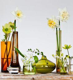 FIRST SPRING FLOWERS Arrangera vårens första blommor i udda vaser och flaskor i olika nyanser. Arrangera vårens blommor i vackra udda glas - Sköna hem