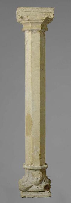 anoniem | Stenen zuil, afkomstig uit collectie Lanz., c. 1250 | Een zuil van zandsteen met achtkantige schacht. Een achtkantig holkeelprofiel leidt over naar de vierkante basis, waartussen nog een achtkantig kussen met hoekbladeren. Het achtkantig kapiteel heeft twee rijen van vier krullende bladeren en gaat vervolgens over in een vierkante dekplaat. Overgang van romaans naar gotisch. Bij de zuil horen drie gelijke zuilen (BK-15334-A, BK-15334-C en BK-15334-D).