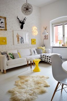 Bueno, ni el blanco del principio, ni el tándem black-white... hay salones pequeños en los que los colores pastel pueden ayudar y mucho a dar sensación de tranquilidad, paz, orden... Esta vez os dejo un precioso salón de base neutra con detalles en color amarillo. ¿A qué queda fenomenal?