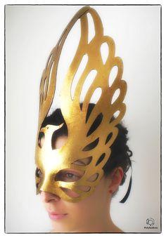 Phoenix è un nostro modello originale, realizzato a mano in cartapesta, decorato con foglia doro, pezzo unico, materia prima di alta qualità. Il