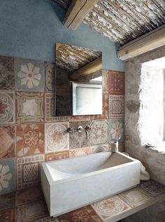 bathroom with beautiful, subtle tiles (mediacache)
