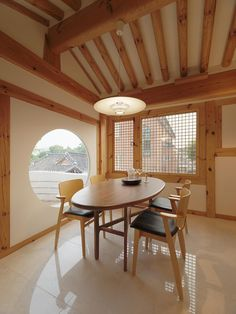 Traditional South Korean architecture meets innovation in a renovated hanok house Architecture Renovation, Asian Architecture, Traditional Interior, Traditional House, Korean House, Modern Interior Design, Interior And Exterior, Korean Design, Architecture