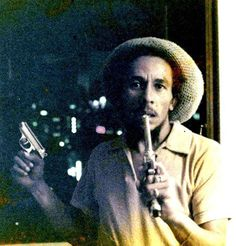 Very rare picture of BOB MARLEY with guns...