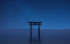 《 滋賀県 》「白髭神社」は、日本最大の湖である琵琶湖の湖中に朱色の大鳥居があり、国道161号線をはさんで社殿が立つ神社です。水の中に大鳥居が立っている様子から「近江の厳島」という別称を持っています。白髭神社という名称通り、健康・長寿などのご利益があるそうです。