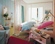 Fürs Schlafzimmer: Stoffe in Pastell Ein hellblauer Hussensessel, gestreifte Vorhänge sowie bunte Bettwäsche bringen angenehme Frische in dieses Schlafzimmer. Zwischen zwei Bettpfosten gespannte Drahtseile halten eine Bahn aus feinem, durchsichtigem Stoff als luftigen Betthimmel. Zusammen mit den Blumenmustern der verschiedenen Kissenbezüge gibt dies dem Zimmer eine romantische Note.