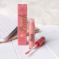 Too Faced Sweet Peach Creamy Peach Oil Lip Gloss in Pure Peach Too Faced Sweet Peach Cremiges Pfirsichöl Lip Gloss in Pure Peach Lots Of Makeup, Love Makeup, Beauty Makeup, Peach Makeup, Makeup Tips, Beauty Tips, Peach Lip Gloss, Peach Lips, Best Makeup Products