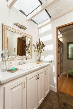 Baño rústico de madera pintada de blanco con claraboyas para invitar a la luz natural. Loft, Skylight, Architecture Details, Double Vanity, Ideas Para, Master Bedroom, Sweet Home, Mirror, Bathroom