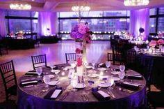 une table de mariage avec une décoration rose violet