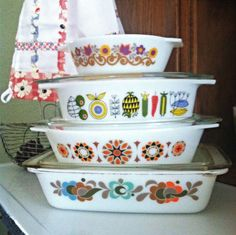Pyrex How would you describe this? Pyrex Free Pyrex Printable A Look Back at the History of Pyrex Scalloped Pyrex vintage dishes vintage aqua Pyrex Vintage, Vintage Kitchenware, Vintage Dishes, Vintage Glassware, Kitsch, Love Vintage, Retro Vintage, Danish Modern, Mid-century Modern
