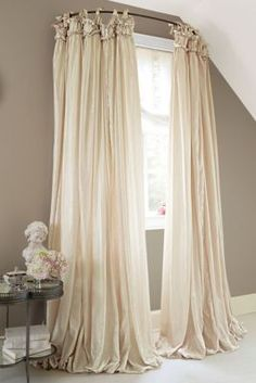 Home Interior Decoration Use a curved shower curtain rod to make a window look bigger.Home Interior Decoration Use a curved shower curtain rod to make a window look bigger. Style At Home, Home Look, Diy Casa, Shower Curtain Rods, Shower Rods, Cheap Curtain Rods, Shower Liner, Diy Shower, Drapery Panels