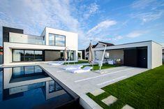 Стильный дом в чёрно белой гамме