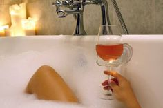 Toujours penser pratique ! Le repose verre ventouse pour un bain au top.  #vin #gadget #wine #winelovers #pratique
