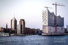 This picture shows the famous Elbphilharmonie of Hamburg city, Germany. It's located at the harbor of the City greeting visitors coming to Hamburg by ship. Picture Show, New York Skyline, Germany, City, Pictures, Travel, Hamburg, Concert, Photos