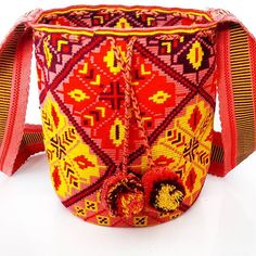 Mochila Wayuu diseño floral y detalle en pompon piezas unicas e irrepetibles. #wayuu #wayuubags #ethnicalfashion #maicao #colombia #outfits #trends #bohochic #bogota #cali #medellin #barranquilla #itbag #ootd #hippiestyle #southamerica #korea #china #japan #thailand #indonesia #brazil #nyc #london #uk #miami #la #hechoencolombia #hechoamano #hanmade Tapestry Bag, Tapestry Crochet, Mochila Crochet, Crochet Handbags, Crochet Bags, Tribal Patterns, Knitted Bags, Hippie Style, Bucket Bag