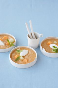 Une soupe au melon pour les chaudes journées d'été, agrémentée de fromage de chèvre Thai Red Curry, Ethnic Recipes, Food, Kitchen, Apple Juice, Goat Cheese, Grilling, Kitchens, Pipes