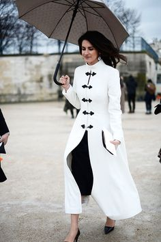 Paris Fashion Week, Fall/Winter - White coat with beautiful buttons Mode Abaya, Mode Hijab, Abaya Fashion, Fashion Dresses, Look Blazer, Merian, Stylish Coat, Moda Paris, Elegantes Outfit
