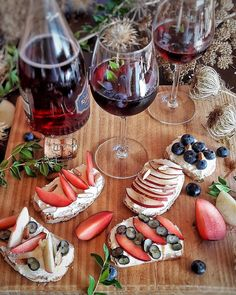 Mirto di Sardegna e Brachetto d'Acqui Docg per l'aperitivo di Ferragosto. Con ghiaccio, mirtilli e un coreografico rametto di mirto fresco. Un cocktail facilissimo, delizioso, a basso contenuto di alcol e calorie.   #mirto #brachettodacqui #cocktail #aperitivo #happyhour #longdrink #ferragosto #mixology