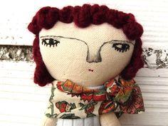 Muñeca Flora, realizada en algodón con pelo trenzado en lana granate de AntonAntonThings en Etsy