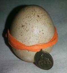 Huevo pintado con Cafe gamuza naranja y medalla de sagrado corazon
