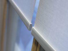 Persianas malla solar blanca. La colección Essential cuenta con 12 certificaciones internacionales entre las que se encuentran Greenguard y Confidence in Textiles.