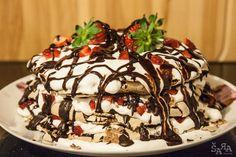 Bolo merengue de chocolate com natas e morangos
