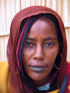 African Woman - Bardai, a small town in the extreme north of Chad African Tribes, African Women, African Fashion, Aboriginal Man, Tribal Women, Interesting Faces, Headgear, People Around The World, Body Painting
