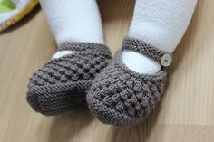 Seed stitch Mary Jane's knitting pattern on Ravelry: KnitMauxs Wedding Shoes. Pattern by Julia Noskova