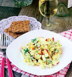 Învaţă să prepari o salată sănătoasă cu conopidă şi mere.   1. Conopida congelata se fierbe în apa clocotita cu sare si apoi se lasa la scurs.  2. Merele se taie cuburi si se elimina casuta cu sâmburi, iar mararul se taie marunt.  3. Într-un bol de salata se pun merele, conopida …