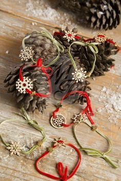 Χριστουγεννιάτικα μαρτυρικά βάπτισης βραχιόλια με ξύλινες χιονονιφάδες και χρυσαφί σταυρό Christmas Favors, Christmas Wreaths, Christmas Crafts, Christmas Decorations, Xmas, Holiday Decor, Christmas Ideas, Boy Baptism, Little Princess